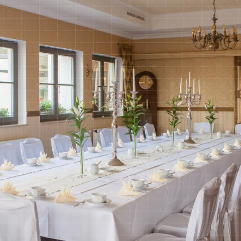 Gastgewerbe | Saal mit eingedeckter Tafel